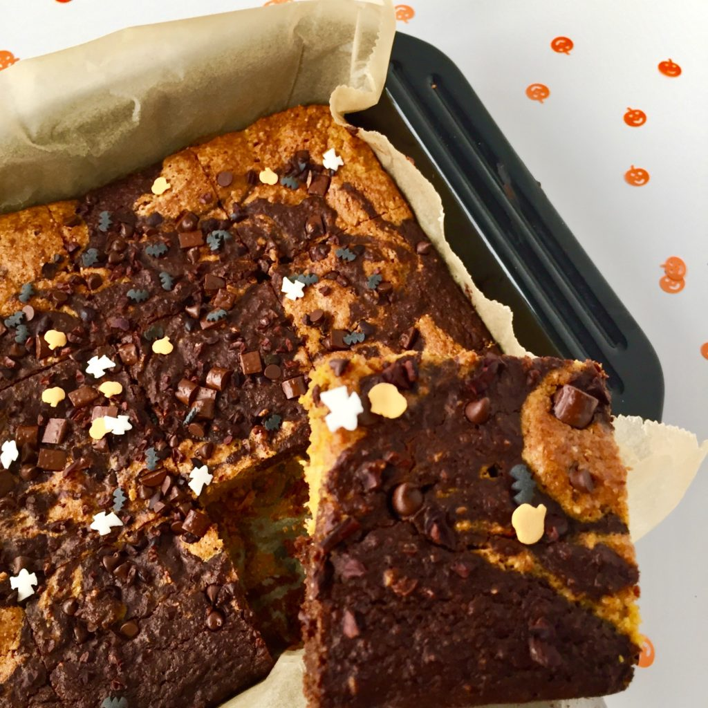 Saftiger Fleckenkuchen mit Kürbis und Schokolade auf einem Blech