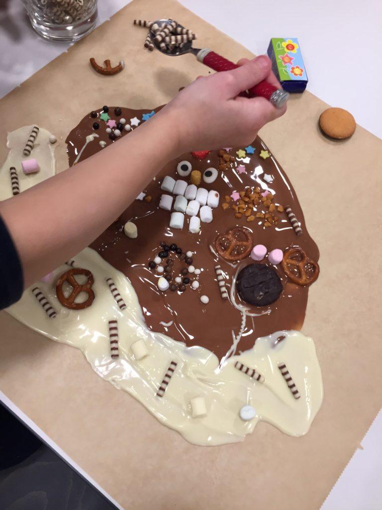 Kunterbunte Bruchschokolade als Geschenk wird im Workshop für Kinder gestaltet