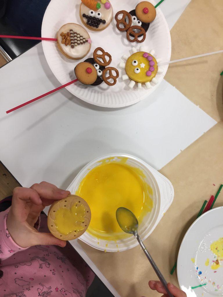 Im Workshop für Kinder werden weihnachtliche Cookie-Pops gestaltet