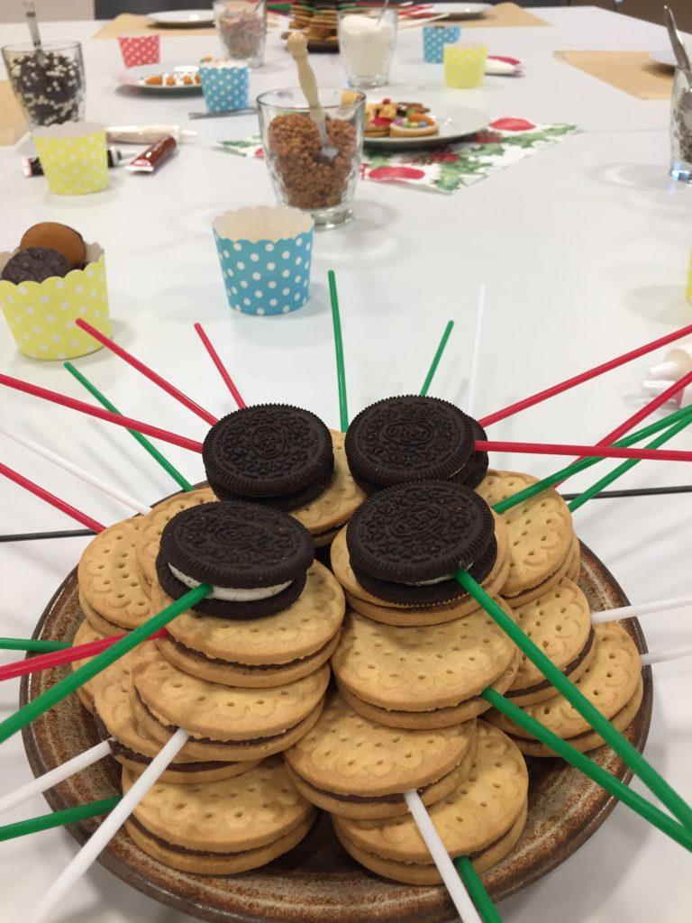 Im Workshop für Kinder werden Cookie-Pops gestaltet