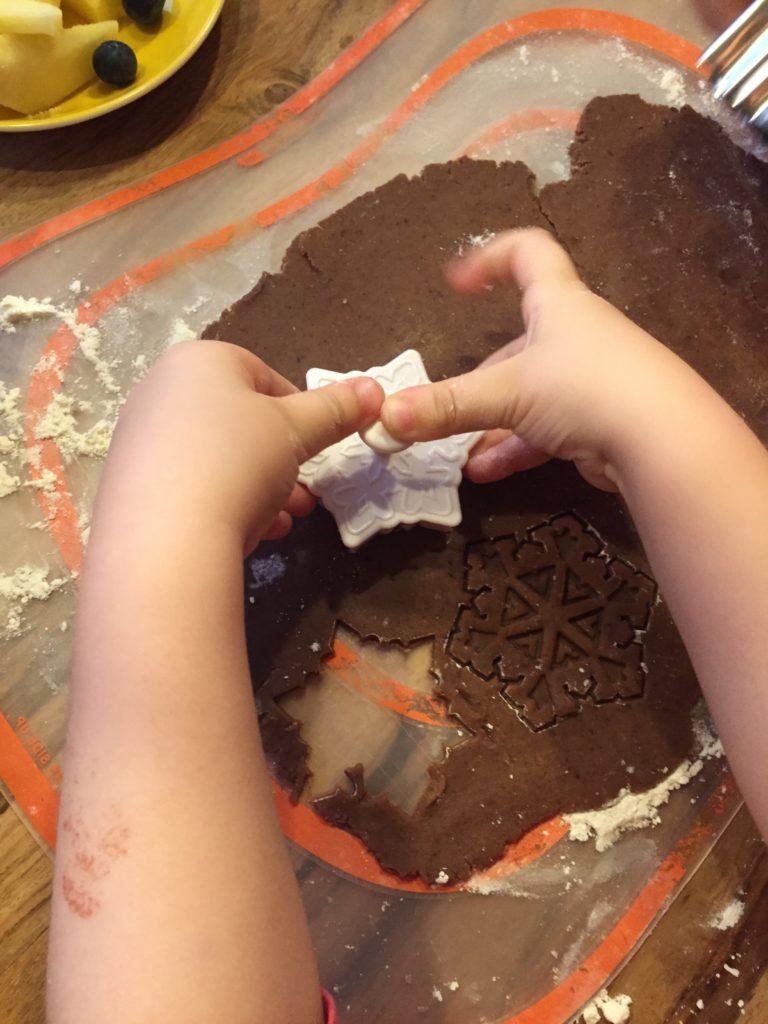 Viele Aufgaben beim Backen  - wie das Ausstechen von Plätzchen - können Kinder beim Backen mit Kindern übernehmen.