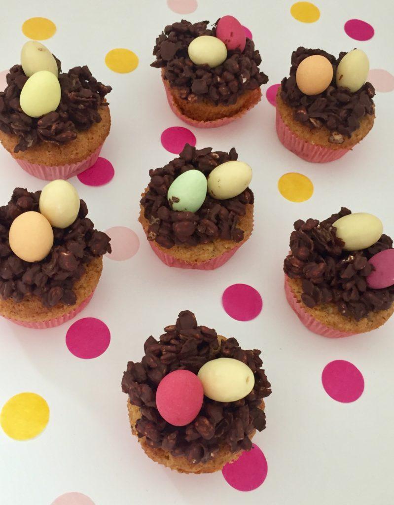 Schoko-Osternester mit bunten Schokoladeneiern