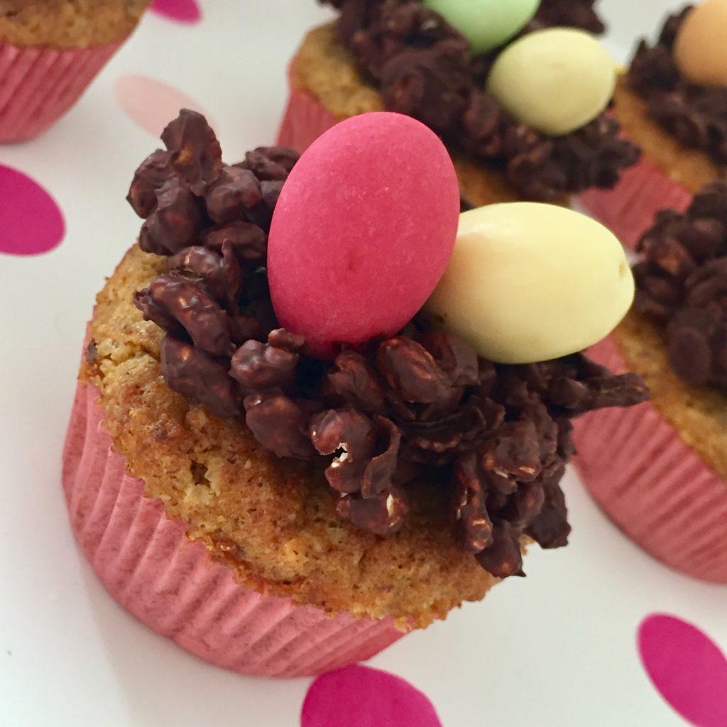 Rüblimuffins mit einem schokoladigen Osternest dekoriert.
