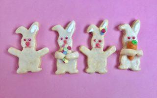 Vier unterschiedliche dekorierte Hasenplätzchen.