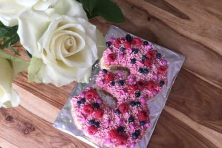 Der pink dekorierte Number-Cake schmückt den Geburtstagstisch.