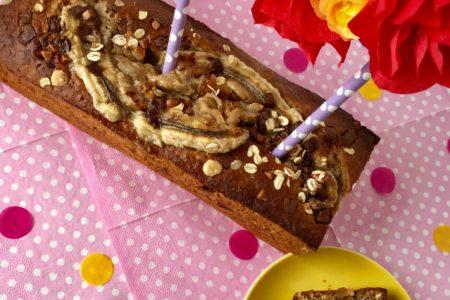 Gesundes Bananenbrot Deluxe mit Karamellcrunsh mit einer Blumengirlande