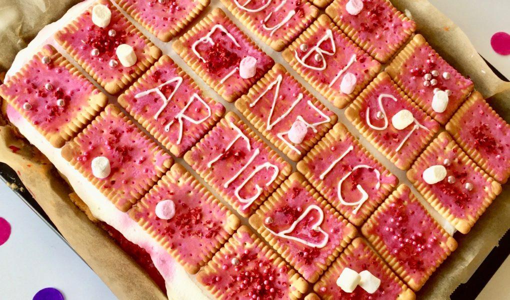 Mit Butterkeks dekorierter Himbeer-Blechkuchen als selbstgerechtes Geschenk für den Muttertag.