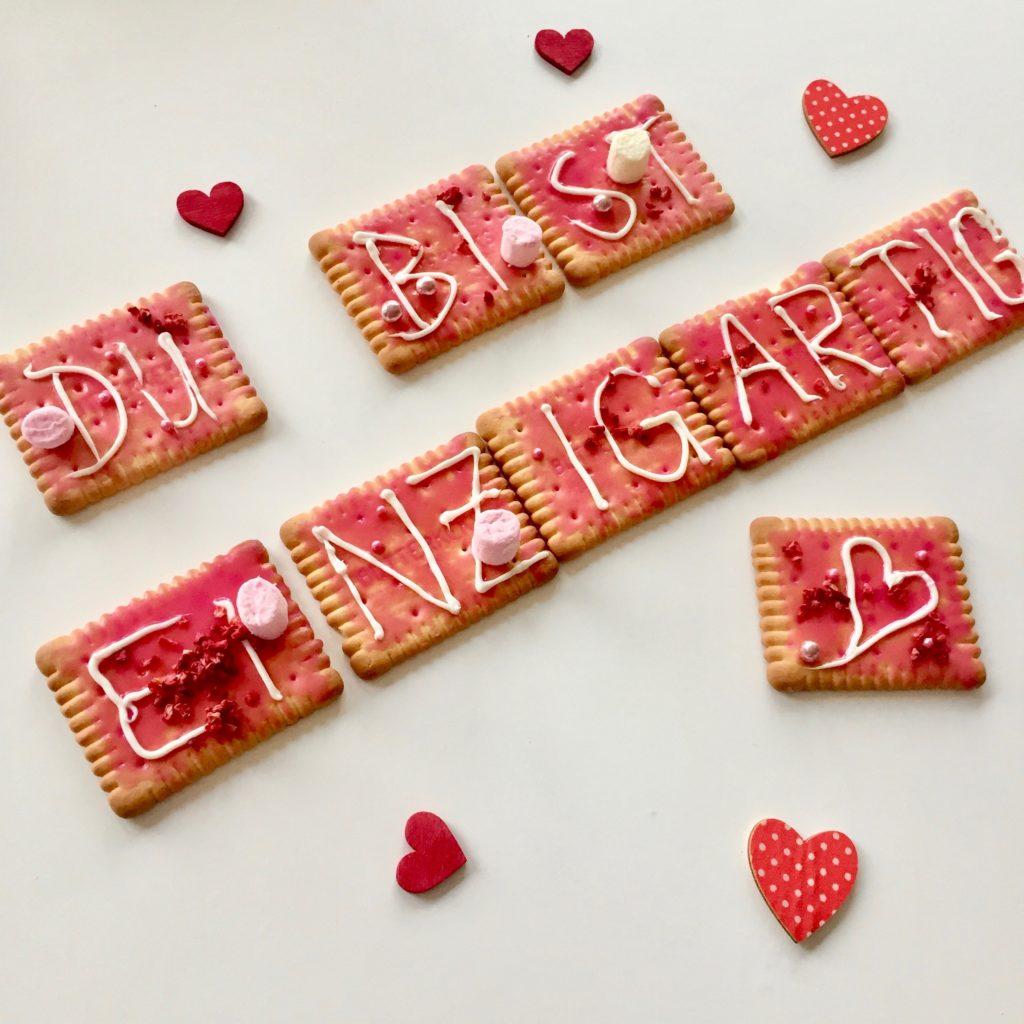 Die Butterkekse sind mit Zuckerguss, Zuckerperlen & Streusel als Geschenk für den Muttertag dekoriert.