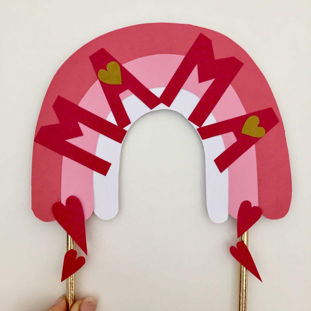 Der selbstgemachte Caketopper für den Muttertagskuchen mit dem Schriftzug MAMA.