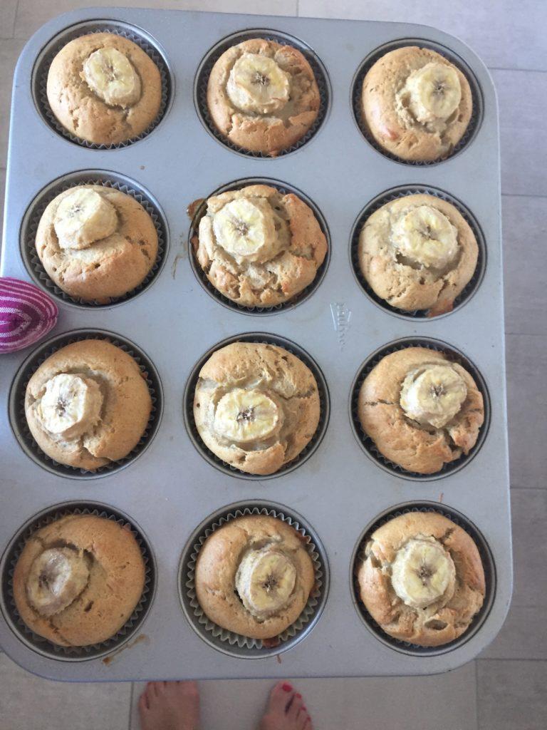 Frisch gebackenen Monkey Muffins noch auf dem Muffinblech