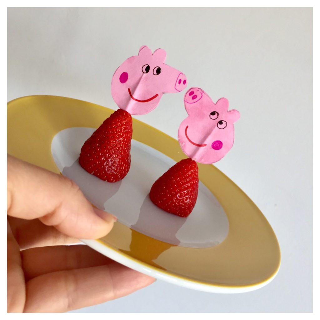 Kleiner gesunder Peppa Pig Party Snack - Erdbeeren mit Peppa Muffintopper