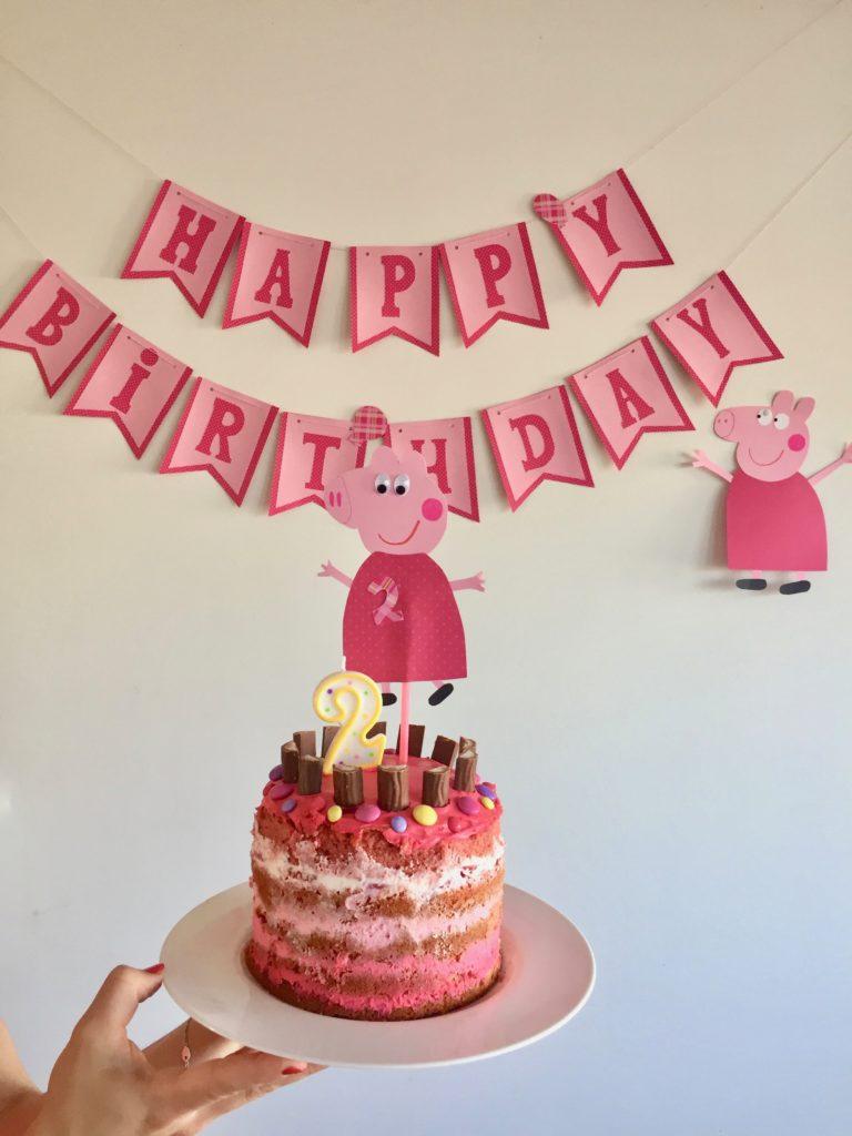Die Peppa Pig Geburtstagstorte ist das Highlight der Geburtstagsfeier.