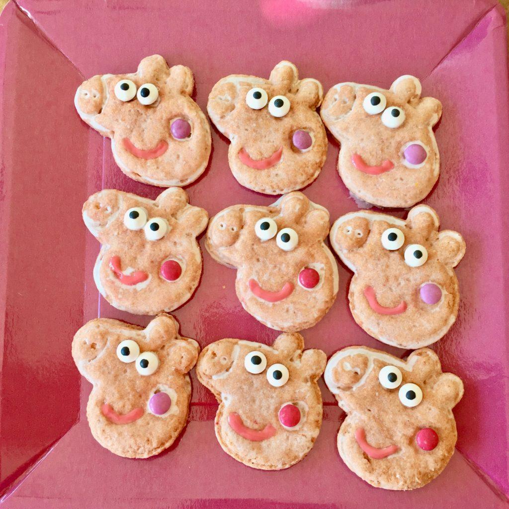 Peppa Pig Kekse für die Party, die das Gesicht des kleinen Schweinchens zeigen.