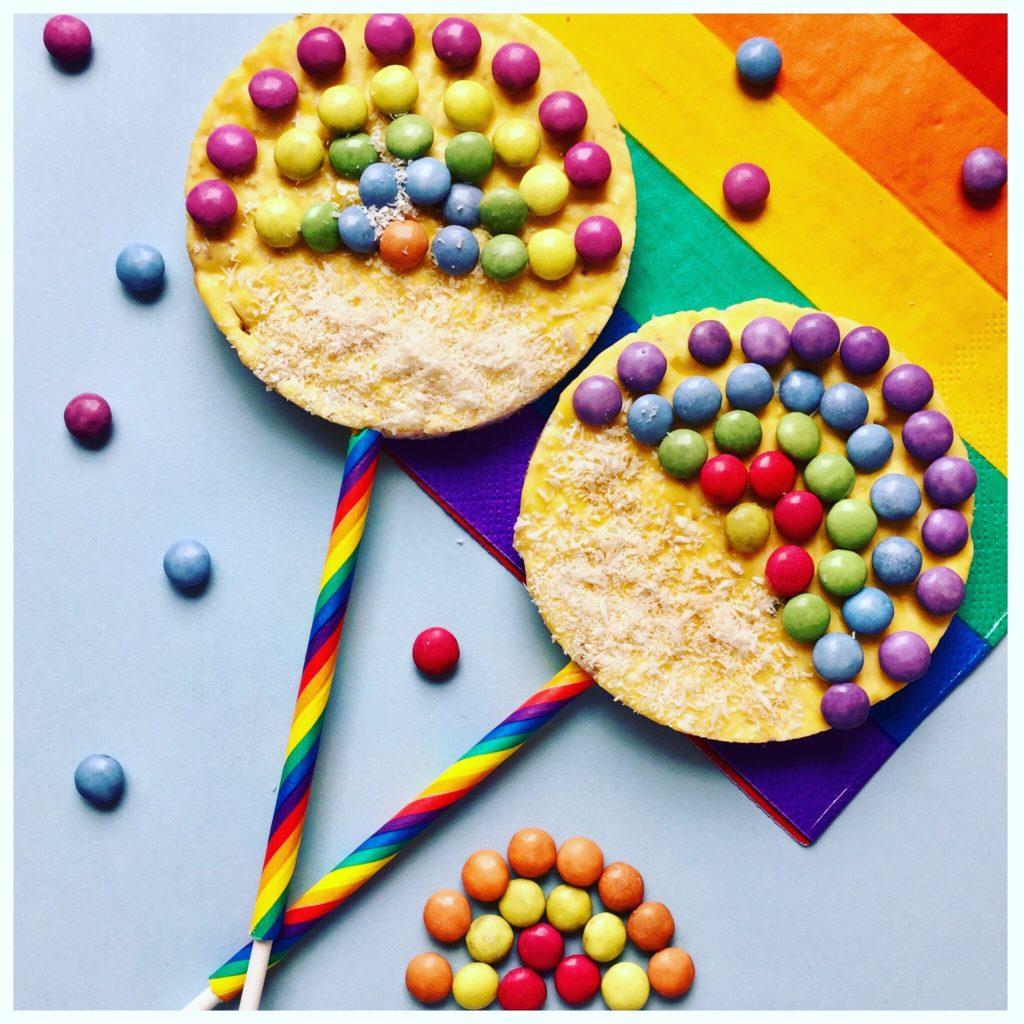 Reiswaffeln mit Regenbogen-farbenen Smarties dekoriert
