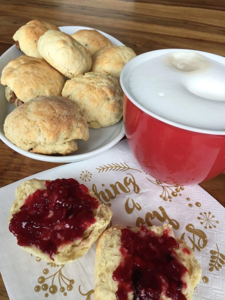 Frisch gebackenen süsse Frühstücksbrötchen zum Kaffee