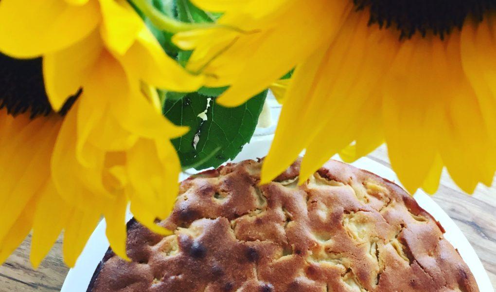 Zum Backen mit Kindern ist der Rührkuchen im Bild perfekt. Er ist ein schneller Apfelkuchen mit Zimtäpfel.