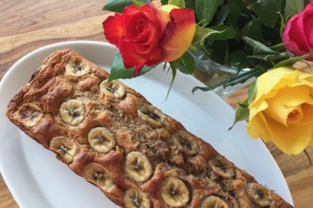 Leckeres Banananenbrot mit Bananenscheiben dekoriert