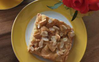 Ein Stück saftiger Apfelkuchen vom Blech