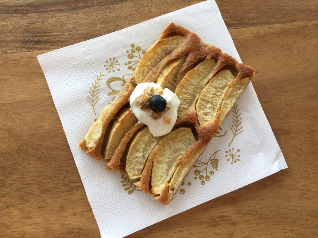 Ein Stück des saftigen Apfelkuchens dekoriert mit Sky und Blaubeere