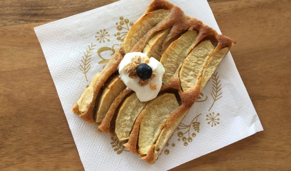 Ein Stück spanischer Apfelkuchen dekoriert mit Sky und Blaubeere