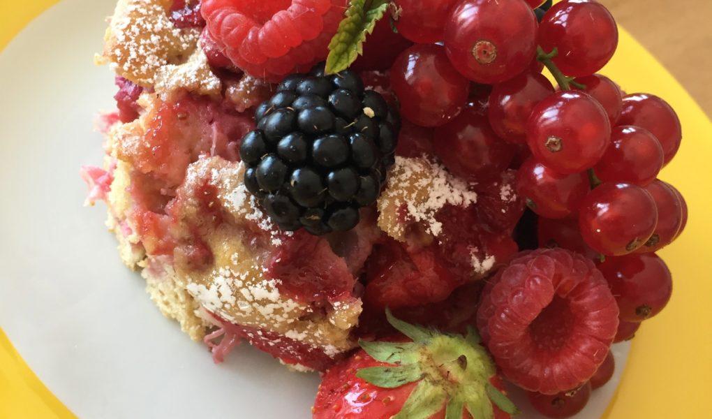 Der fluffigen Kuchen mit Himbeeren, Johannisbeeren und Himbeeren ist ein leichter Sommerkuchen zum Backen mit Kindern.