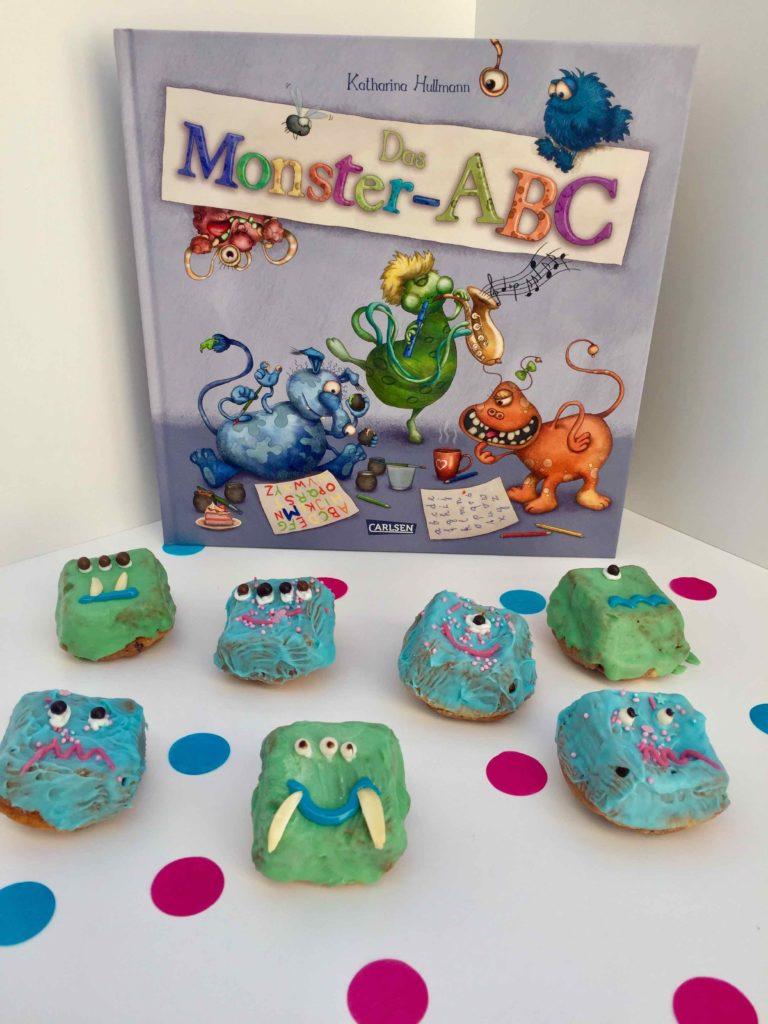 Beim Backen mit Kindern kannst du dich auch mit Kinderbüchern auseinandersetzen und dein Kinder für das Lesen begeistern.