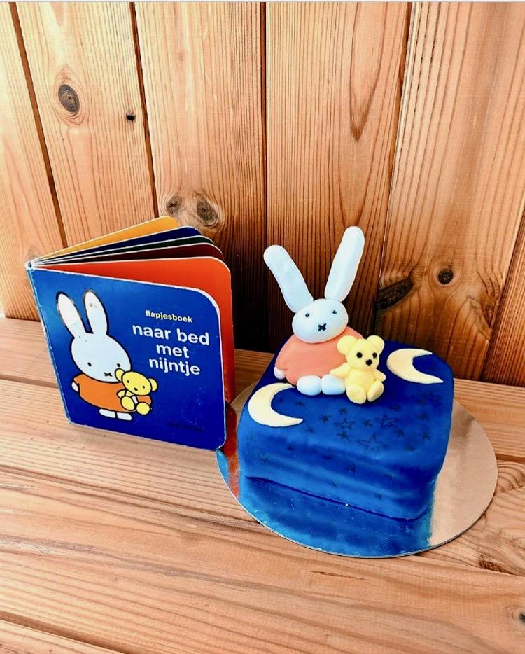 Ein kleines Törtchen an das Lieblings-Kinderbuch angelehnt sieht dem Buch zum Verwechseln ähnlich