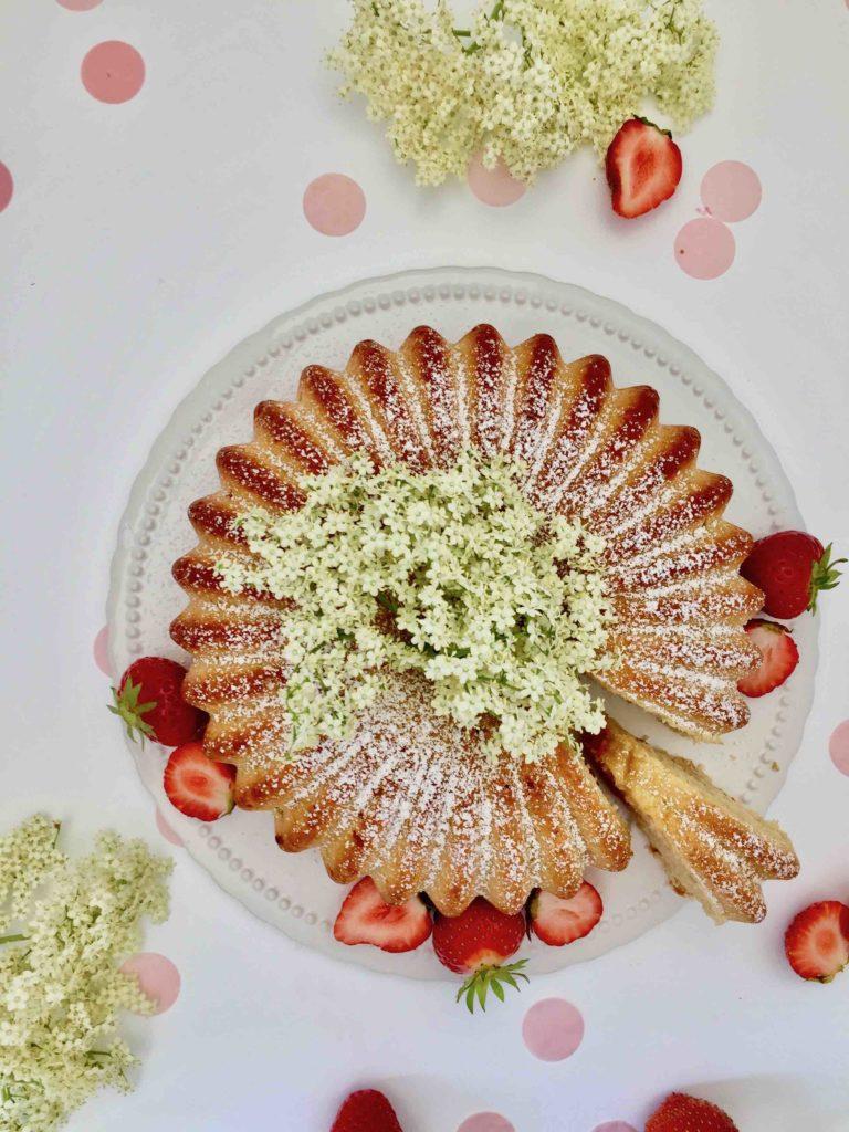 Ein einfaches Rezept für einen Saftigen Holunderblütenkuchen, perfekt zum Backen mit Kindern