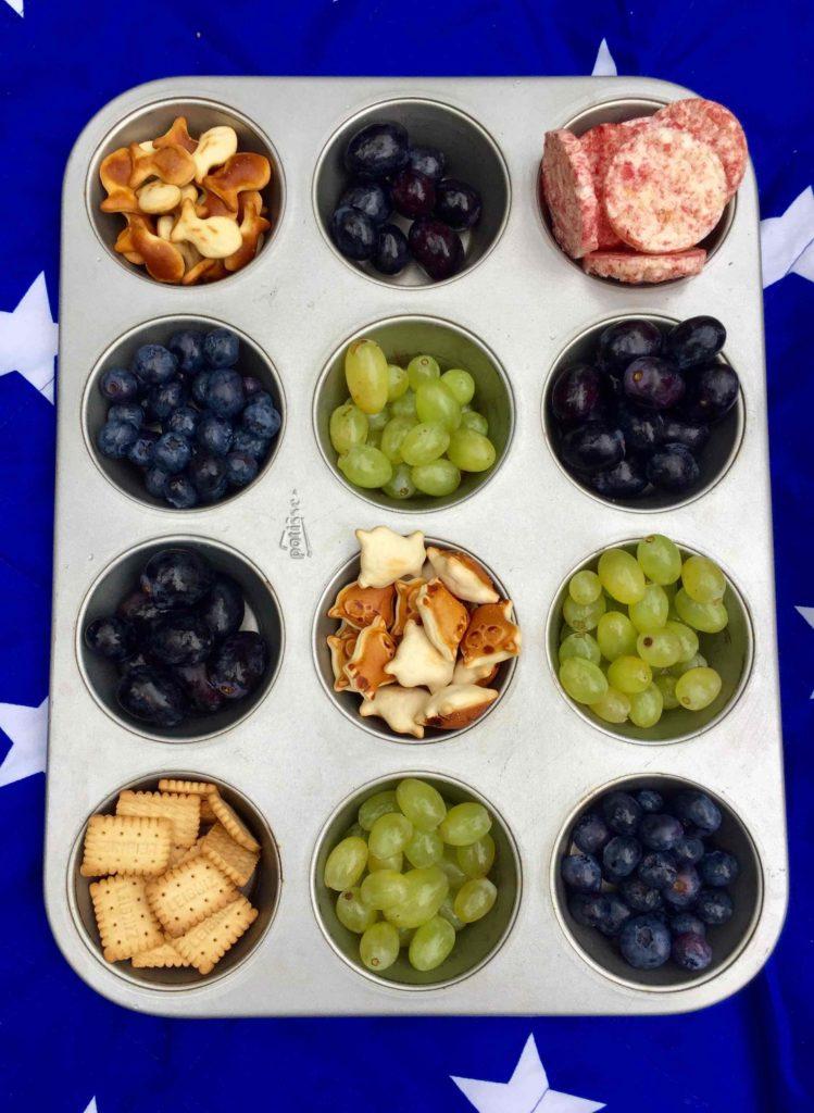 Eine hilfreiche Picknickidee ist das Muffinblech als Snackteller - stabil und vielfältig, perfekt für jeden Kindergeburtstag!