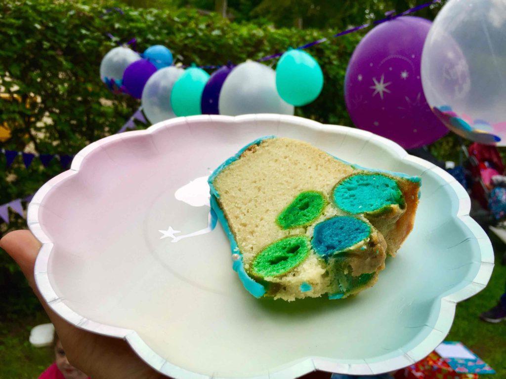 Der angeschnittene Luftblasen-Kuchen für die Meerjungfrauen Party