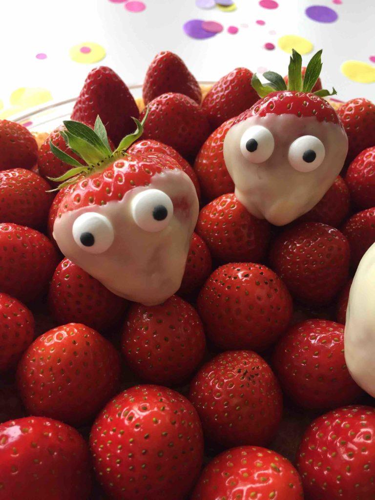 Die lustigen Erdbeeren mit Augen verzieren den schnellen Sommerkuchen - ein Highlight für jedes Kind.