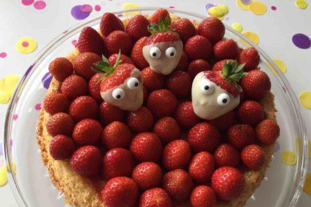 Der Erdbeerkuchen mit einem lockeren Biskuitboden ist ein schneller Sommerkuchen zum Backen mit Kindern.