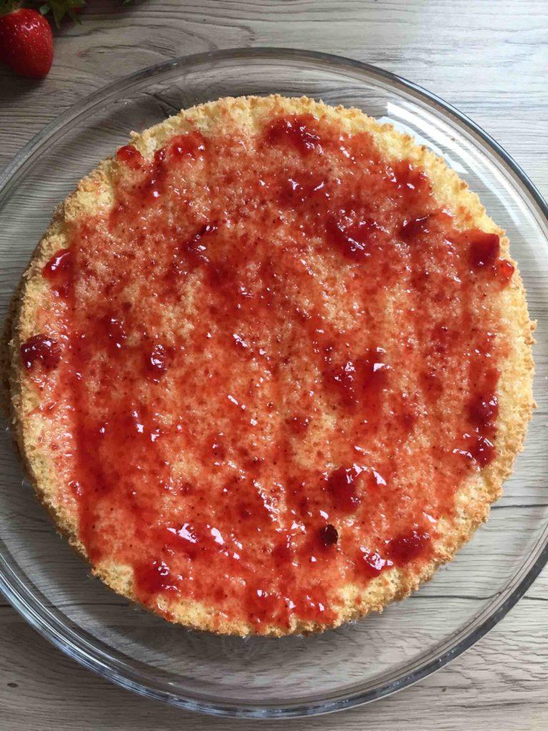 Die Grundlage für den schnellen Sommerkuchen bildet ein lockerer Biskuitboden.