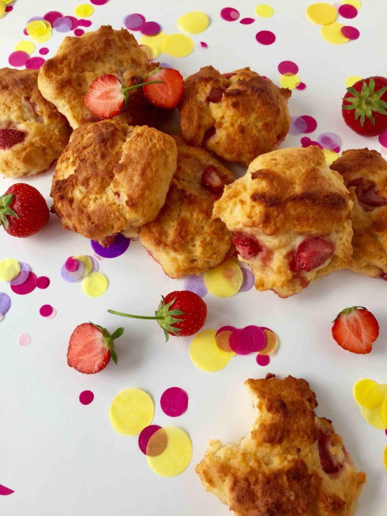 Der kleine Sommersnack mit Erdbeeren lässt sich einfach für das Backen mit Kindern verwenden.
