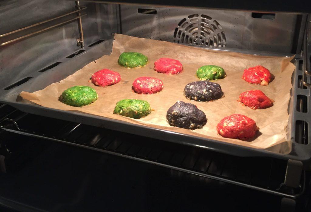 Die Monster-Cookies für Halloween sind bunt und nussig
