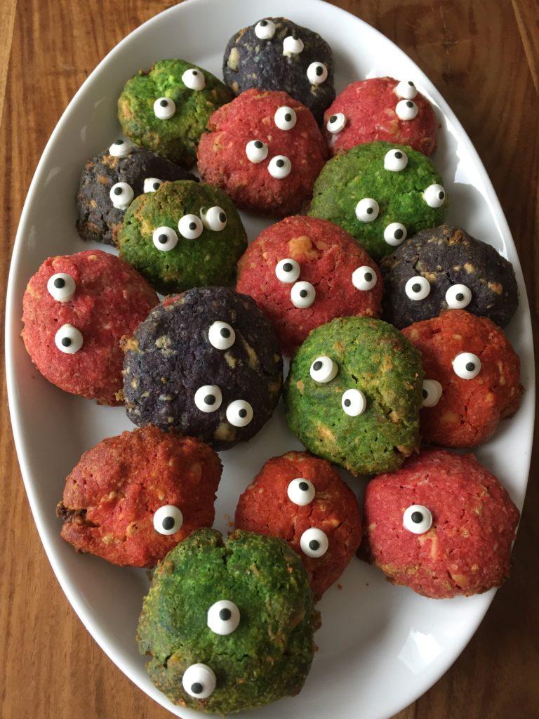 Die süßen Monster-Cookies sind perfekt für die Halloweenparty mit Kindern.