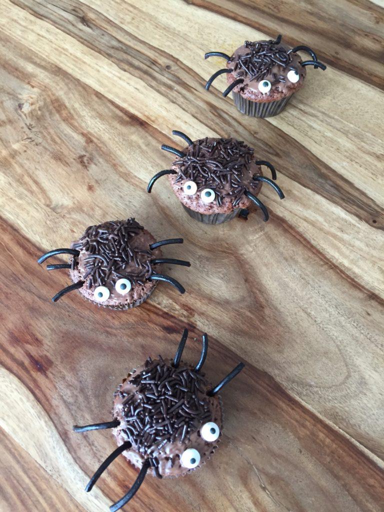 Die krabbeligen Spinnenmuffins kommen gut bei den Minis an - ideal für eine Halloweenparty für Kinder