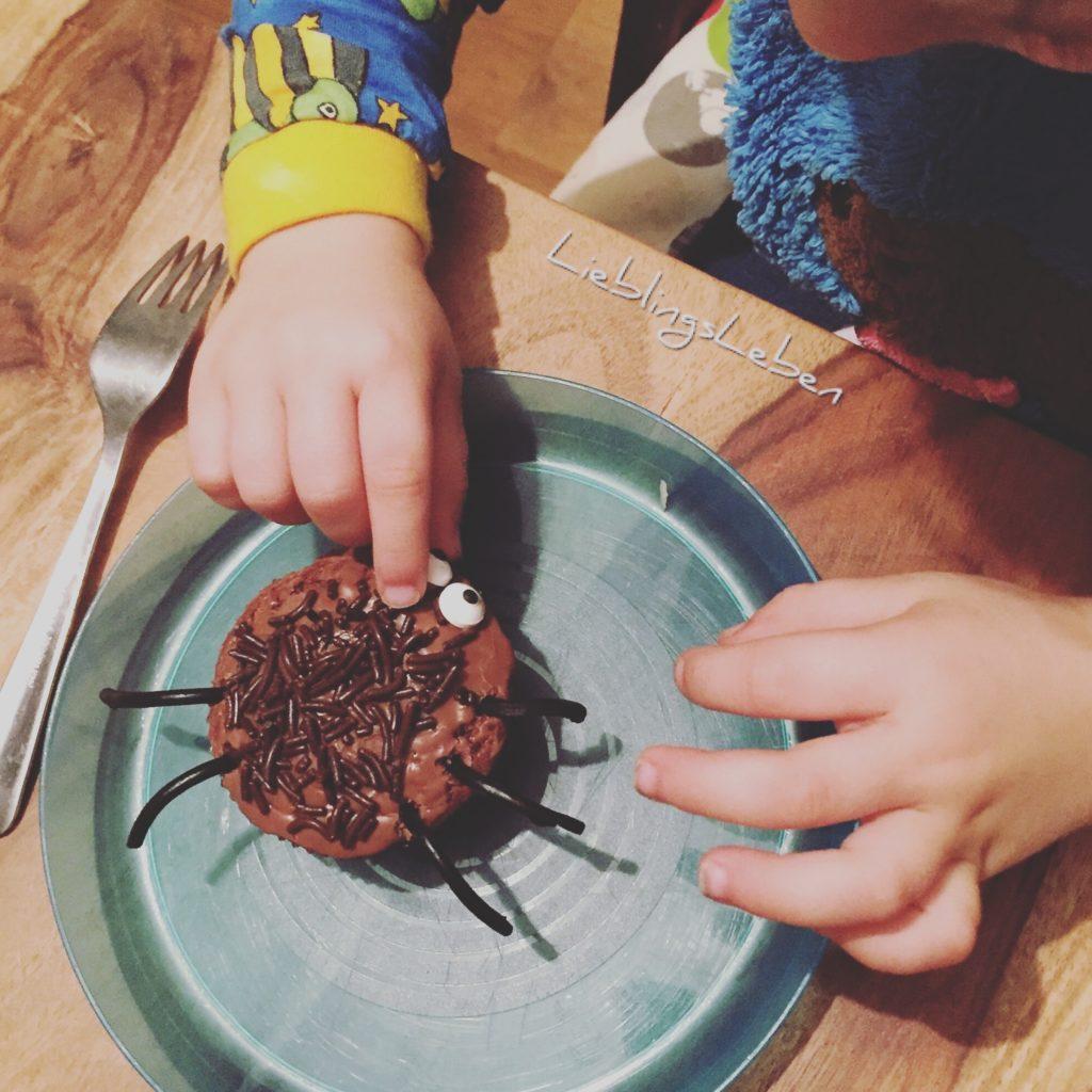 Die krabbeligen Halloweenmuffins kommen gut bei den Minis an - ideal für eine Halloweenparty für Kinder