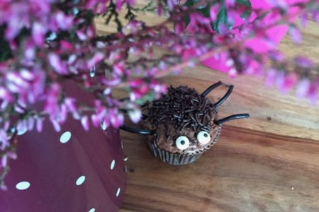 Kleine schaurige Spinnenmuffins für Halloween - perfekte Halloweenmuffins zum Backen mit Kindern
