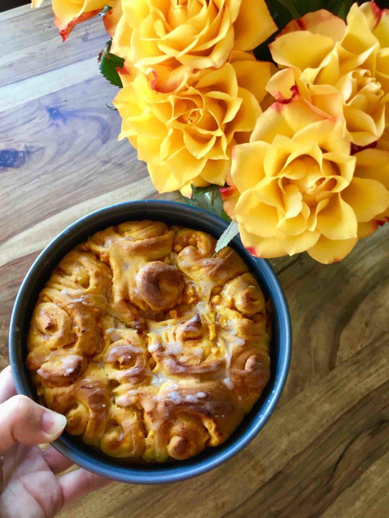Die Kürbisschnecken in einer Backform werden zu einem köstlichen Kürbiskuchen.