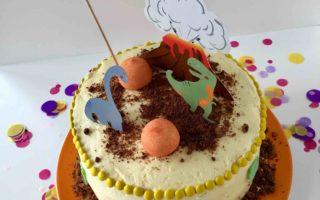 Die niedliche Geburtstagstorte mit Dinosaurier-Toppern zum Backen mit Kindern