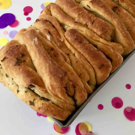 Das goldige gebackenen Faltenbrot schmeckt köstlich mit selbstgemachter Kräuterbutter.