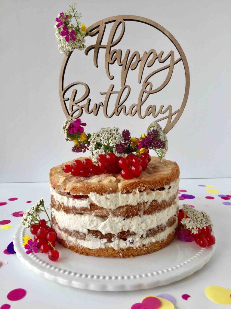 Die Mini-Himmelstorte reich verziert mit Johannisbeeren und Blumen als Geburtstagstorte