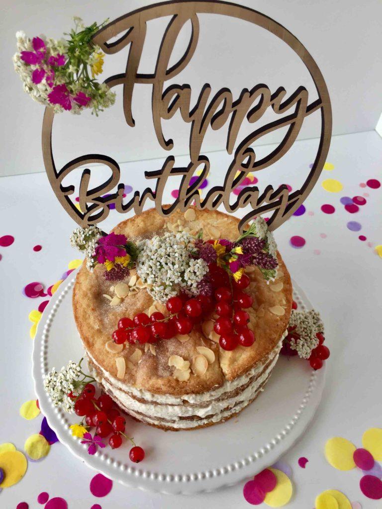 Die Mini-Himmelstorte reich verziert mit Johannisbeeren und Blumen zum Geburtstag