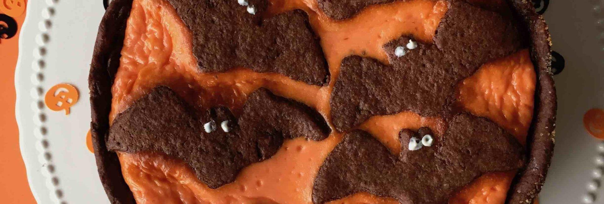 Ein Russischer Zupfkuchen gruselig mit Schokofledermäusen für Halloween dekoriert.