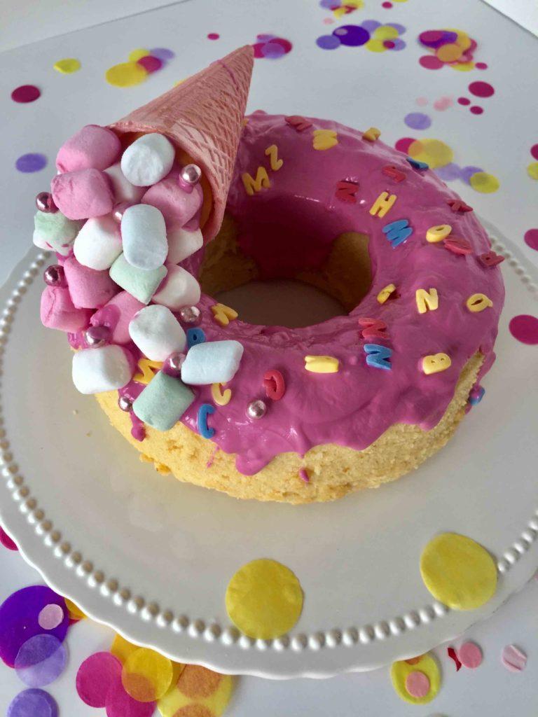 Ein schnelles Rezept eines Zitronenkuchen wird mithilfe von pinken CakeMelts und einer Eiswaffel gefüllt mit Marshmallows zum Kuchen für die Einschulung.