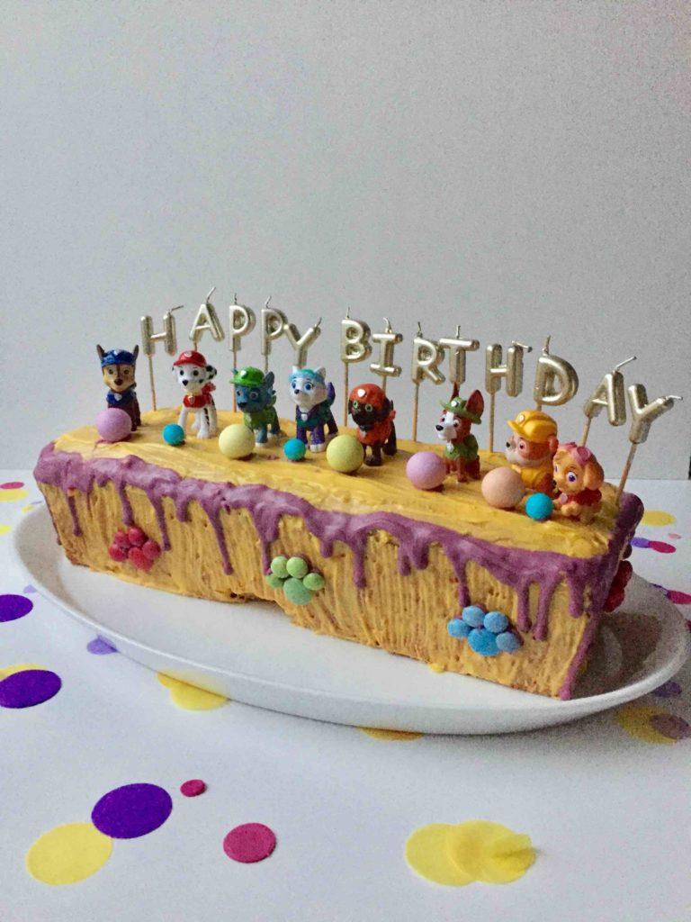 Der Paw Patrol Geburtstagskuchen mit allen Figuren der Paw Patrol ist bereit für den Kindergeburtstag.