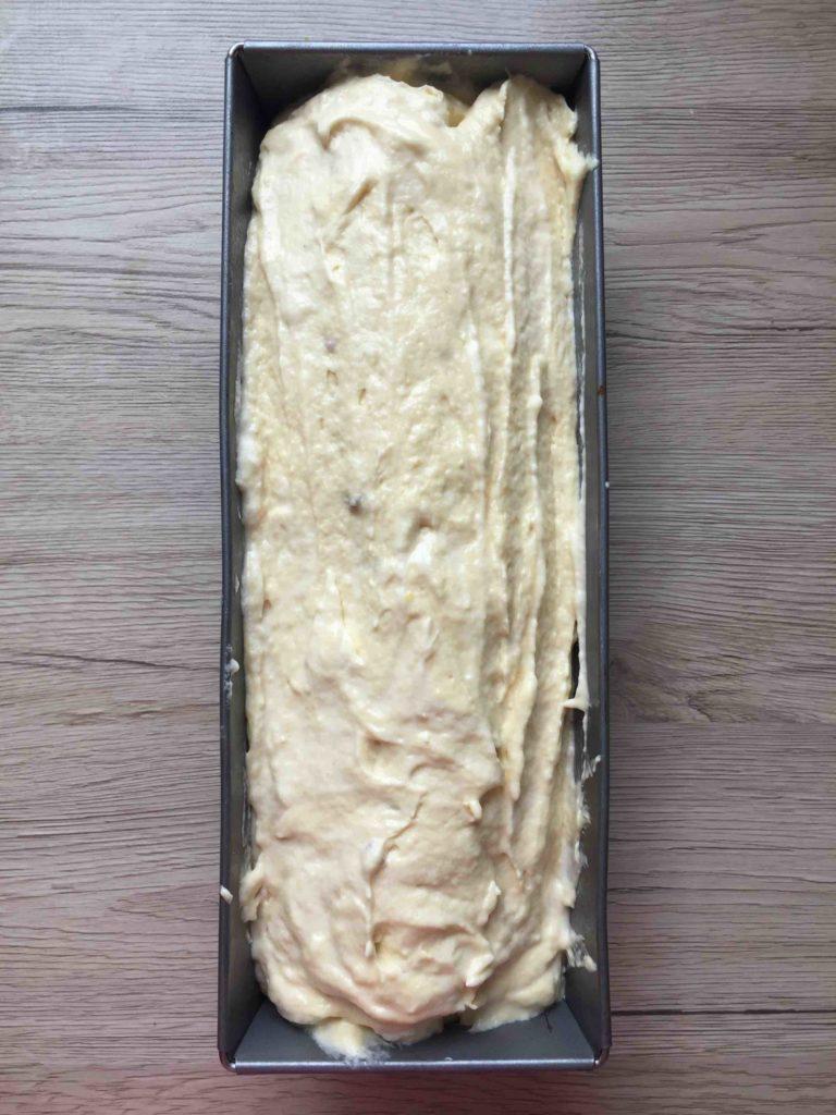 Die Kastenform wird komplett mit Teig gefüllt und somit die Zahl im Kuchen vollständig mit Teig ummantelt.