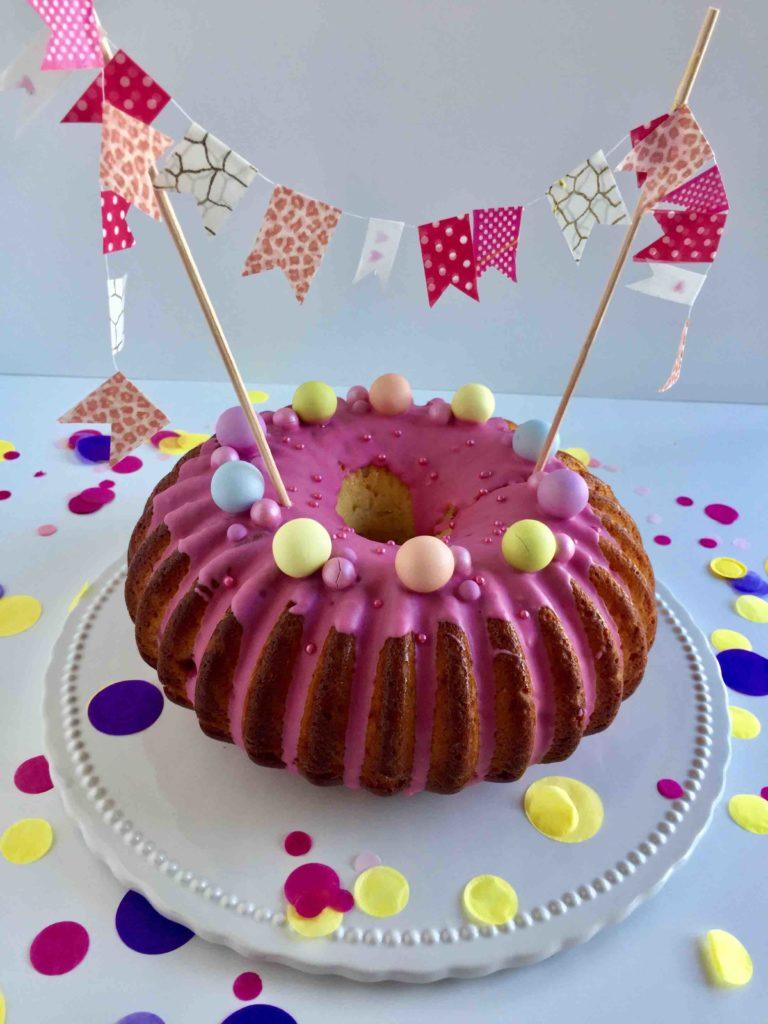 Süße Wimpelkette aus Washitape als Caketopper zum Geburtstag
