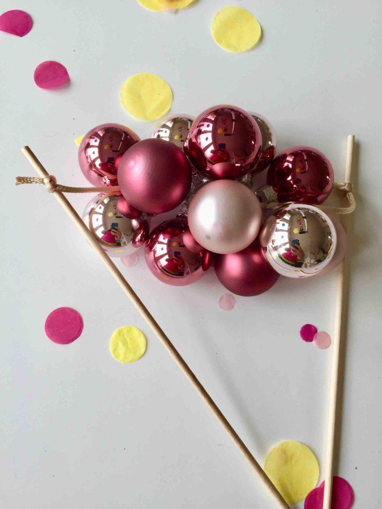 Caketopper aus Mini-Christbaumkugeln zu Weihnachten